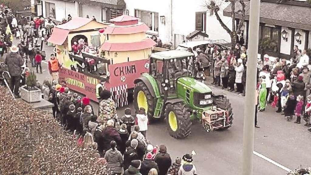 Viele bunte Motivwagen können die Narren in Cobbenrode auch beim 42. Rosenmontagszug des CCV bewundern.