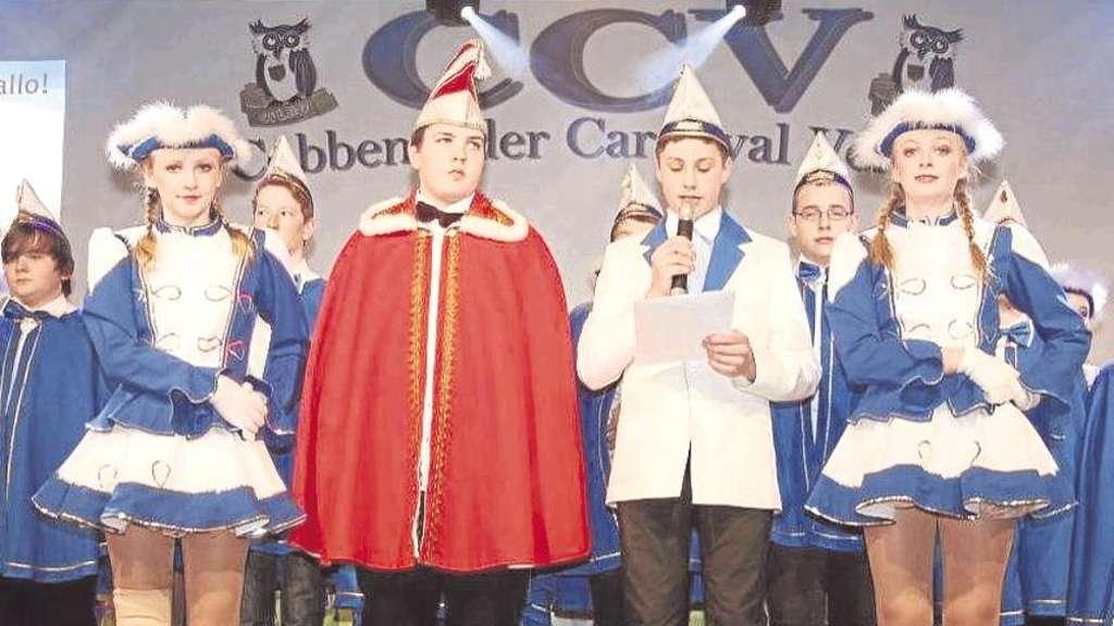 """Prinz """"Maurice"""" Eickler und Sitzungspräsident Niklas Hanxleden begrüßten die Cobbenroder Nachwuchs-Karnevalisten."""