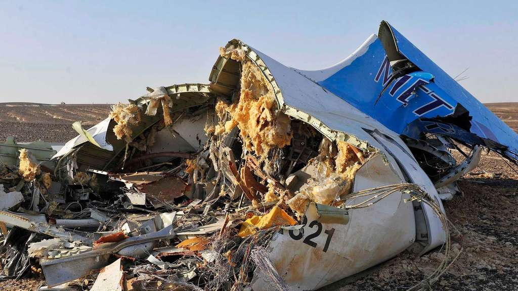 epa05005027 Debris from crashed Russian jet lies on the sand at the site of the crash, Sinai, Egypt, 31 October 2015. According to reports the Egyptian Government has dispatched more than 45 ambulances to the crash site of the Kogalymavia Metrojet Russian passenger jet, which disappeared from raider after requesting an emergency landing early 31 October, crashing in the mountainous al-Hasanah area of central Sinai. The black box has been recovered at the site. EPA/STR EGYPT OUT +++(c) dpa - Bildfunk+++