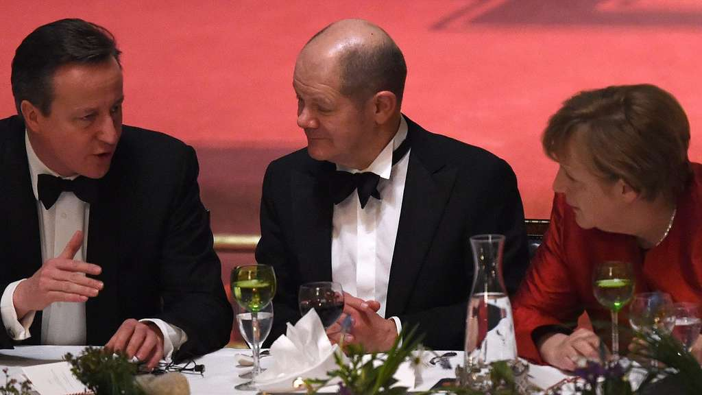 Olaf Scholz (C), Mayor of Hamburg, German Chancellor Angela Merkel (R) and British Prime Minister David Cameron speak together during the Matthiae-Mahr Dinner in Hamburg, northern Germany on February 12, 2016. / AFP / CARMEN JASPERSEN