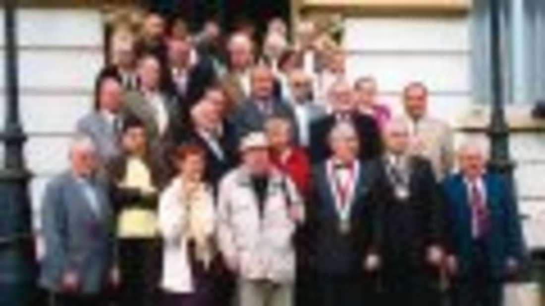 Die Schmallenberger Reisegruppe mit ihren Gastgebern vor dem Rathaus in Wimereux. Fotos: SK