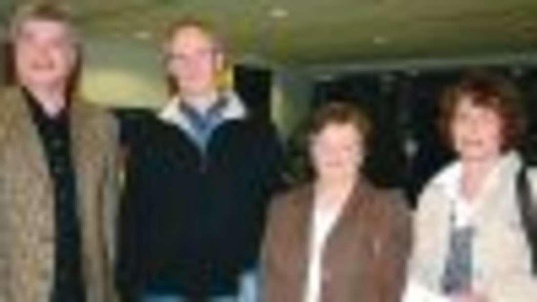 Zu Beginn der Versammlung übergab Josef Willmes (v.l.) die ersten drei Preise des Schmallenberger Sternenzaubers an die Gewinner Franz Gördes (2. Preis), Marita Willmes (1. Preis) und Jutta Schneider (3. Preis). Foto: Michaela Rickert