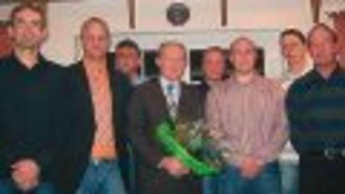 Der neue Vorstand mit dem scheidenden Vorsitzenden (v.l.): Gisbert Bette, Peter Koch, Andras Flashar, Karl-Heinz Uting, Christoph Lutter, Holger Hömberg, Uwe Eierdanz und Martin Mengel. Foto: roro