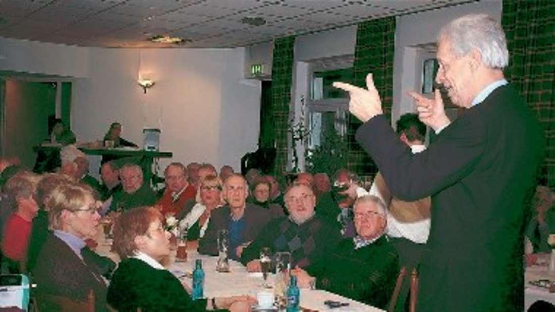 Dr. Henning Scherf war zu Gast in Bremen: Über 100 Zuhörer füllten den Vortragssaal. ▪
