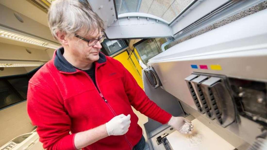 So hochprofessionell wie dieser Pulverdrucker der TUBerlin, an dem Joachim Weinhold das Modell eines Herzens druckt, sind die meisten 3D-Heimdrucker nicht. Foto: Franziska Gabbert
