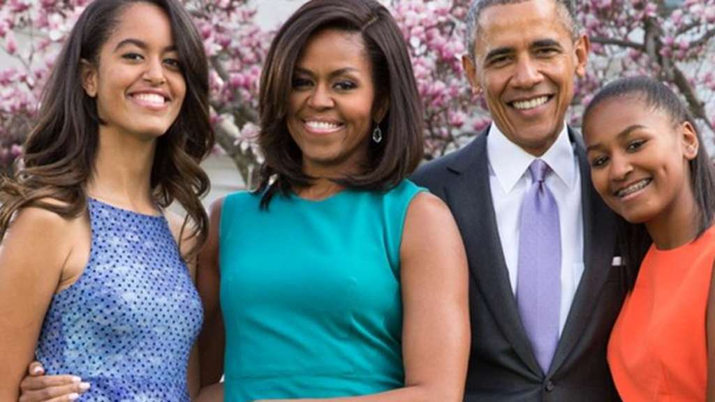 HANDOUT - President Barack Obama, First Lady Michelle Obama, and daughters Malia (l) and Sasha pose for a family portrait with Bo and Sunny in the Rose Garden of the White House on Easter Sunday, April 5, 2015. Photo: WHITE HOUSE/PETE SOUZA/DPA EDITORIAL USE ONLY NO SALES (ACHTUNG: Nutzung nur zu redaktionellen Zwecken in Zusammenhang mit der aktuellen Berichterstattung und bei vollständiger Nennung der Quelle: WHITE HOUSE/PETE SOUZA/DPA) +++(c) dpa - Bildfunk+++