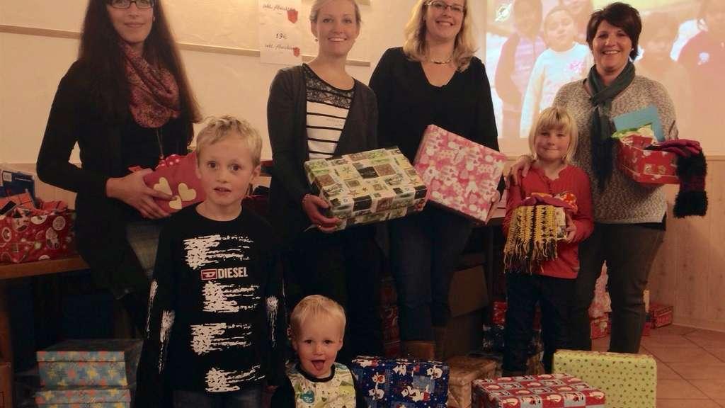 Weihnachten Im Schuhkarton Bilder.Teams Aus Hallenberg Medebach Und Winterberg Starten Aktion