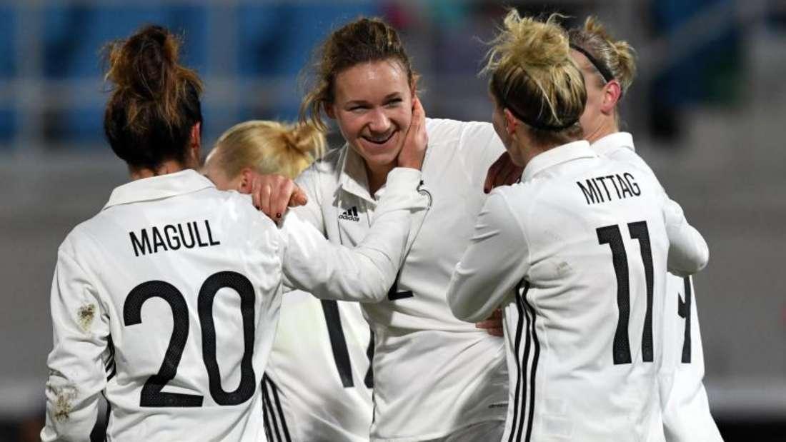 Deutschlands Lina Magull, Josephine Henning und Anja Mittag (v.l.) freuen sich über das 1:1 durch Henning. Foto: Hendrik Schmidt