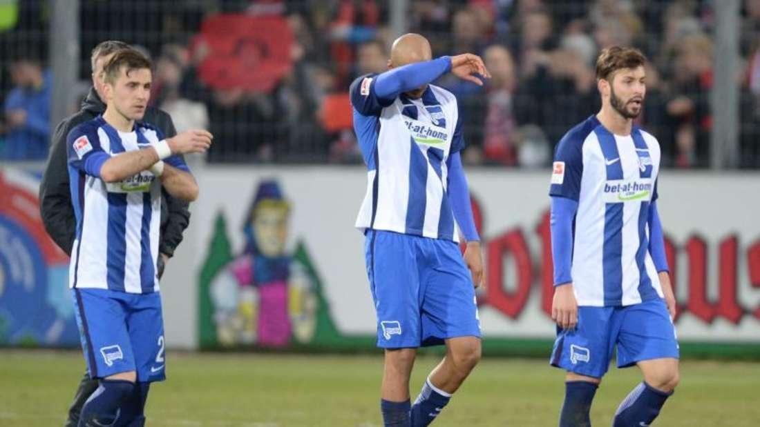 Herthas Spieler gehen nach der 1:2-Niederlage gegen Freiburg enttäuscht vom Platz. Foto: Patrick Seeger