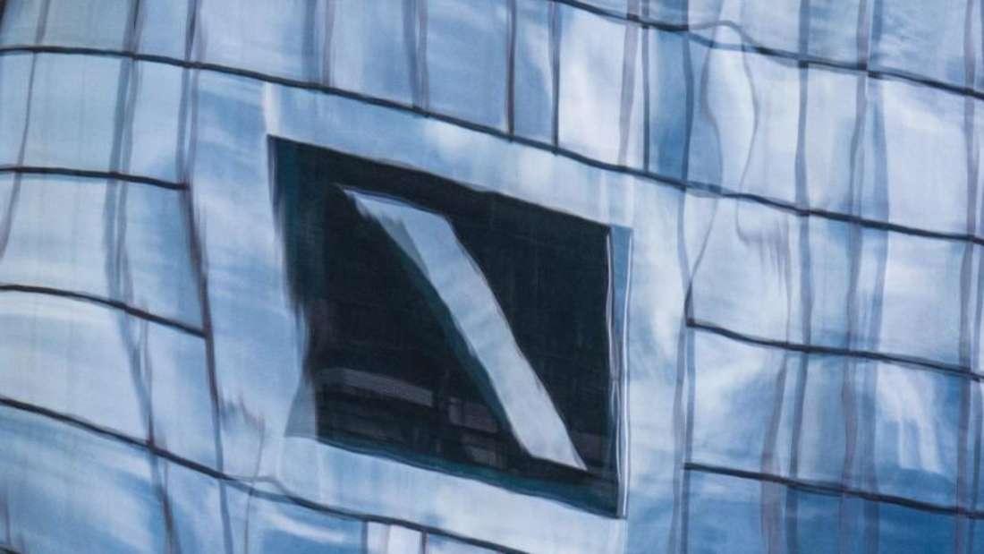 Kunden der Deutschen Bank sollen über die Finanzplätze Moskau, New York und London rund zehn Milliarden Dollar an Rubel-Schwarzgeld aus Russland gewaschen haben. Foto: Boris Roessler/Archiv