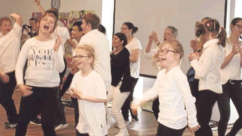 Zum 40. Geburtstag veranstaltete die Kardinal-von-Galen-Schule eine Projektwoche, in der Schüler und Lehrer das Rappen lernten. Fotos: Erika Biskoping