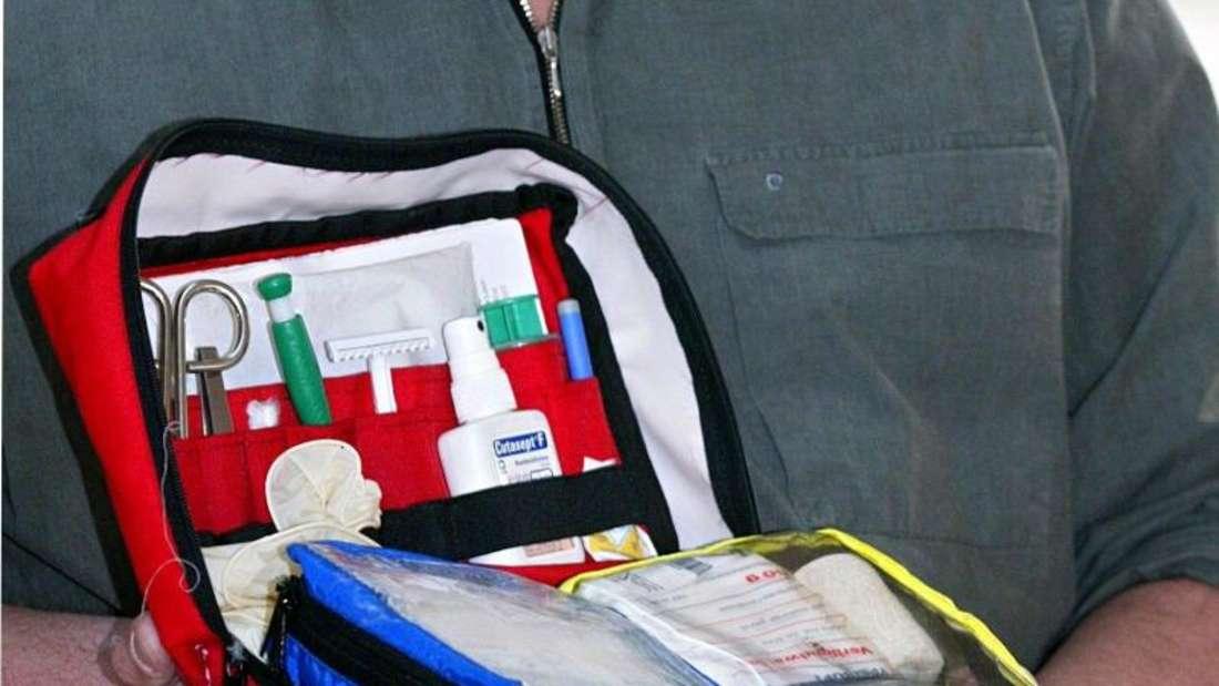 Ein Notfallkoffer für Hunde sollte mindestens Verbandsmaterial, Schere und ein Mittel zur Wunddesinfektion enthalten. Foto: Wolfgang Kumm/dpa
