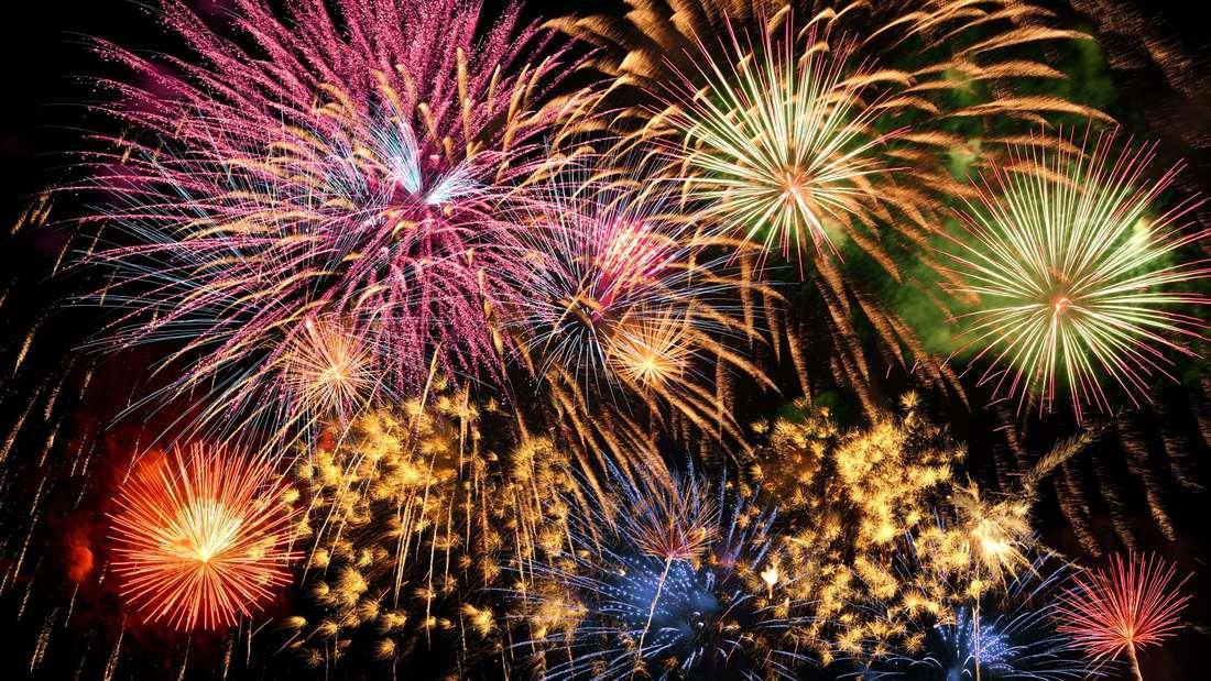 Bunte Feuerwerk von verschiedenen Farben über Nachthimmel