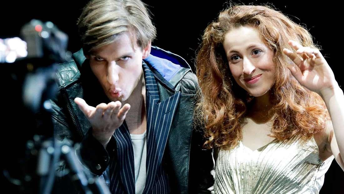 """Ein Gruß in die Kamera: Frieder Langenberger und Alexandra Sinelnikova in dem Stück """"norway.today"""". Foto: szekely"""