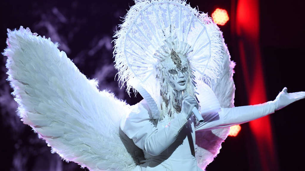"Der Engel schmettert ""Sweet Dreams"" in der Rate-Show ""The Masked Singer""."