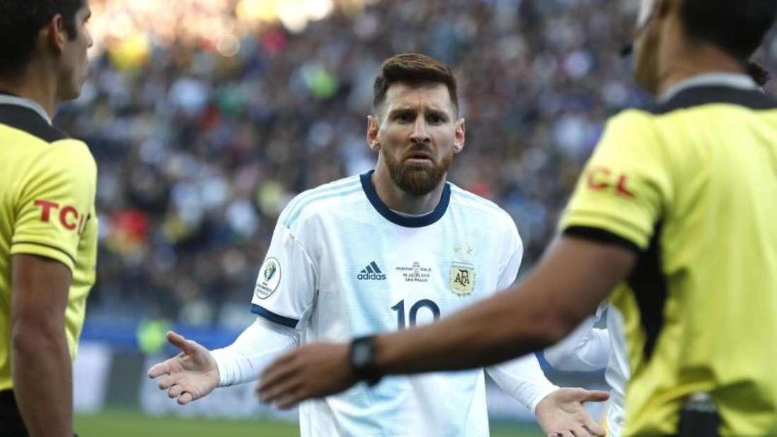 Lionel Messi (M.) fühlt sich ungerecht behandelt. Foto: Victor R. Caivano/AP