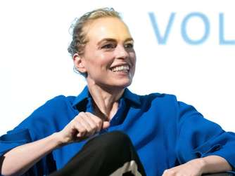 Nina Hoss demonstriert mit Fridays-for-Future-Aktivisten