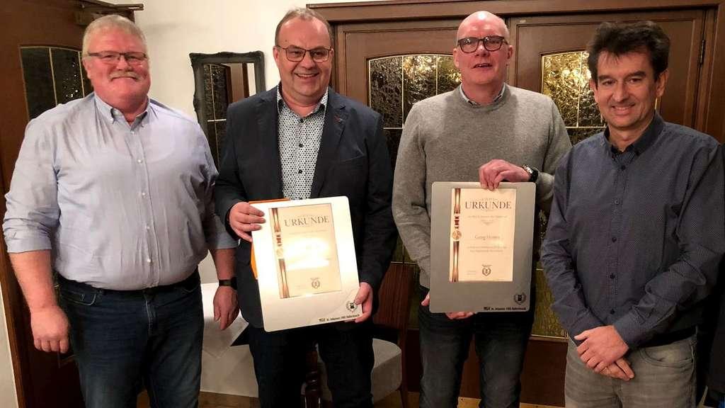 Wolfgang Gödde (l.) und Matthias Bremerich (r.) gratulierten den Jubilaren Uli Eickhoff (2.v.l.) und Georg Heimes.