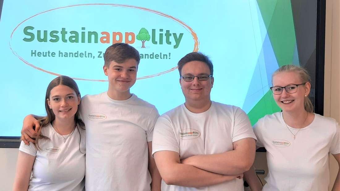 Sie wollen mit ihrer App die Jury überzeugen: Das Team SustainAPPility (v.l.) Lina Ricke, Silas Bock, Marvin Köster und Anna Reuss.
