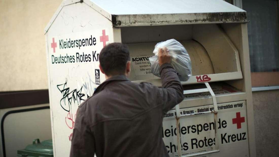 Mehrere Säcke nahm ein 25-Jähriger in Drolshagen aus einem Altkleidercontainer. Dass das strafbar ist, wusste er nach eigenen Angaben nicht.