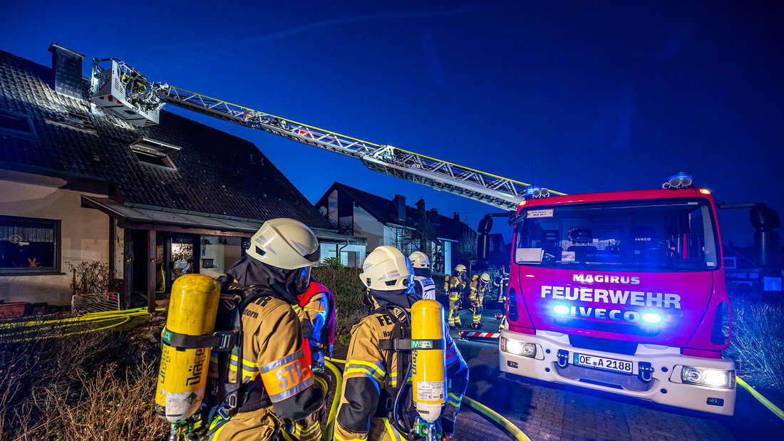 Das Wohnhaus in Attendorn ist bei dem Brand am Samstagabend so stark in Mitleidenschaft gezogen worden, dass es wohl vorläufig unbewohnbar ist.