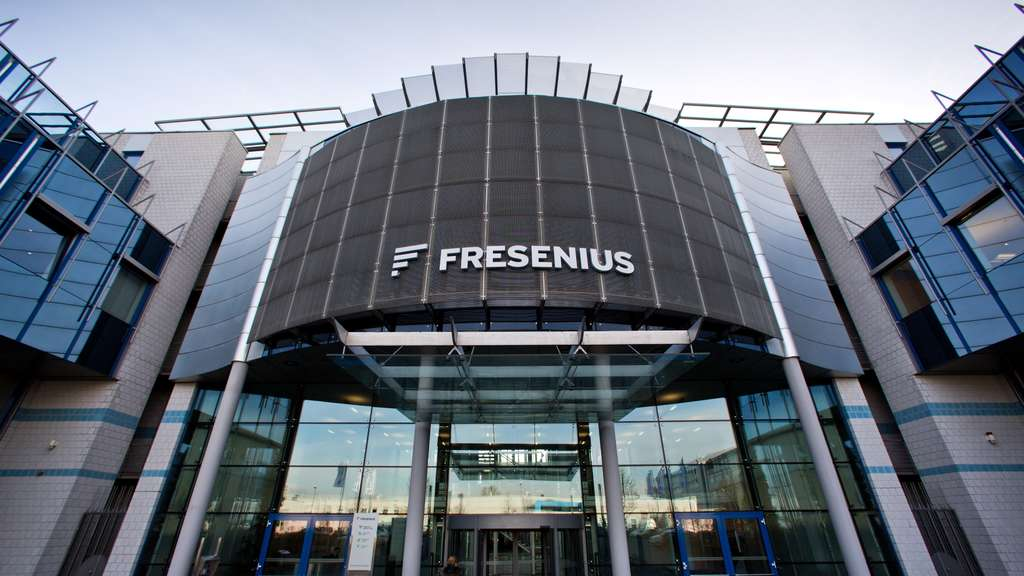 Das Firmenlogo von Fresenius prangt am Firmensitz in Bad Homburg