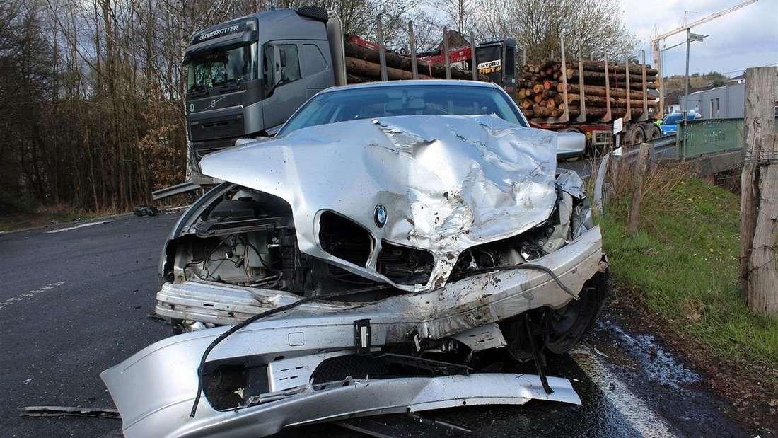 Bei einem Unfall bei Würdinghausen wurde ein Autofahrer verletzt. Sein BMW krachte auf der L713 frontal in einen entgegenkommenden Lkw.