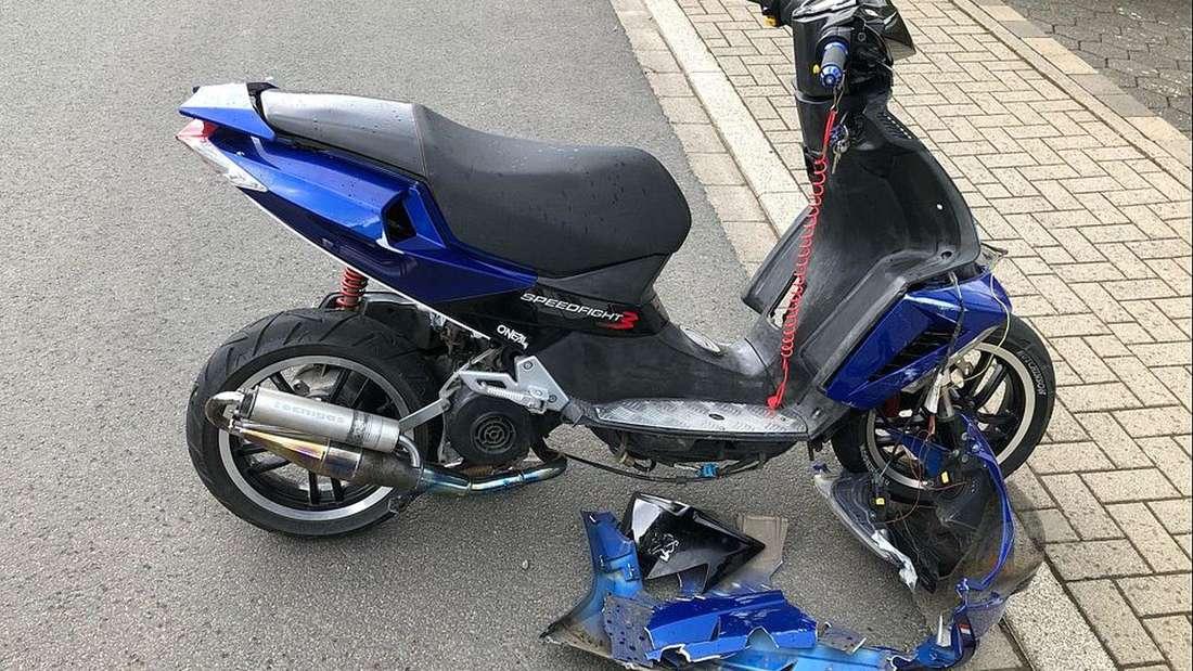 Bei einem Unfall in Biekhofen wurde ein Jugendlicher verletzt. Er krachte mit seinem frisierten Roller frontal in ein Auto.