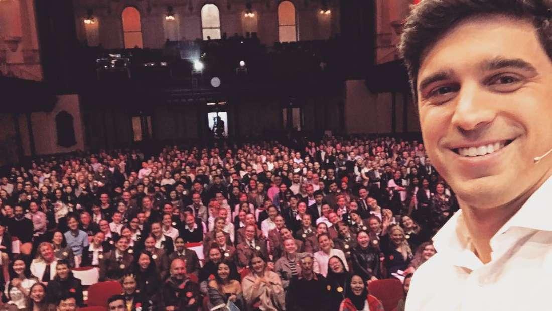 Jung-Milliardär Nick Molar fotografiert sich während eines TED-Talks selbst.