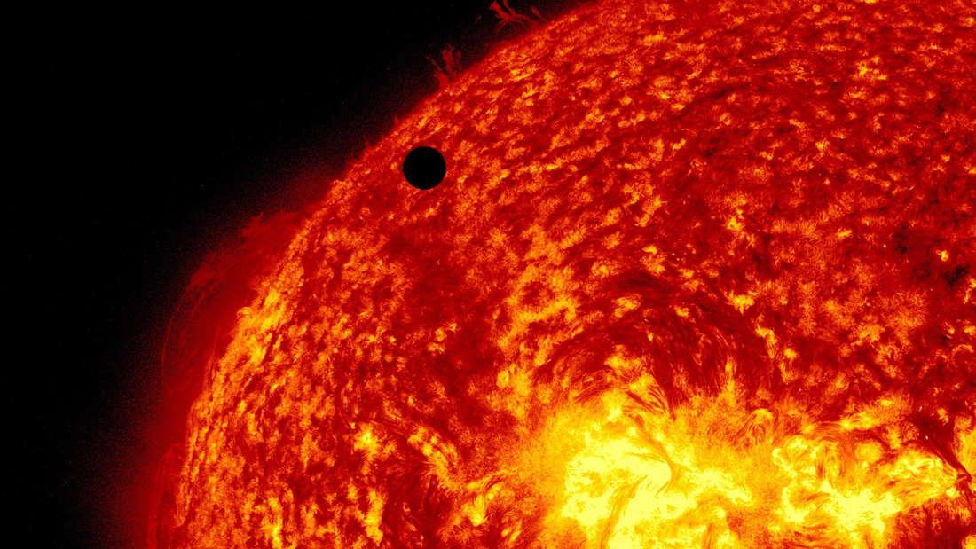 Die Venus ist vor der Sonne als kleiner schwarzer Punkt zu sehen