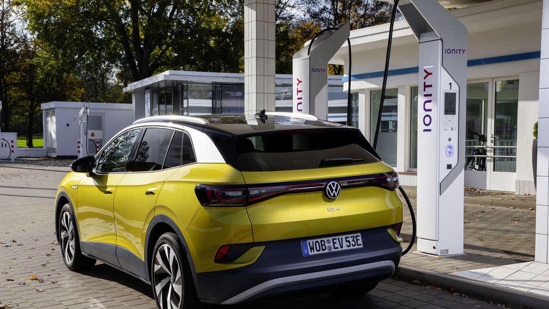 VW ID.4 gelb Aufladen SChnellader