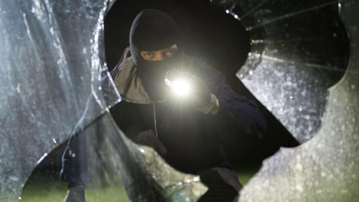 Selm/NRW: Frau wird von Einbrechern geweckt - und schließt